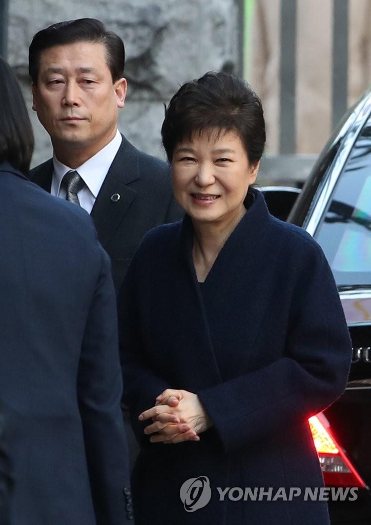 朴槿惠结束检方调查返家