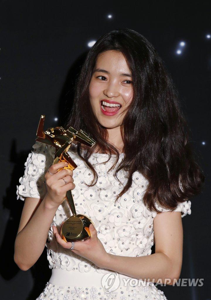 3月21日,在香港,金泰梨在亚洲电影大奖颁奖典礼上摆姿势供媒体拍照。(韩联社)
