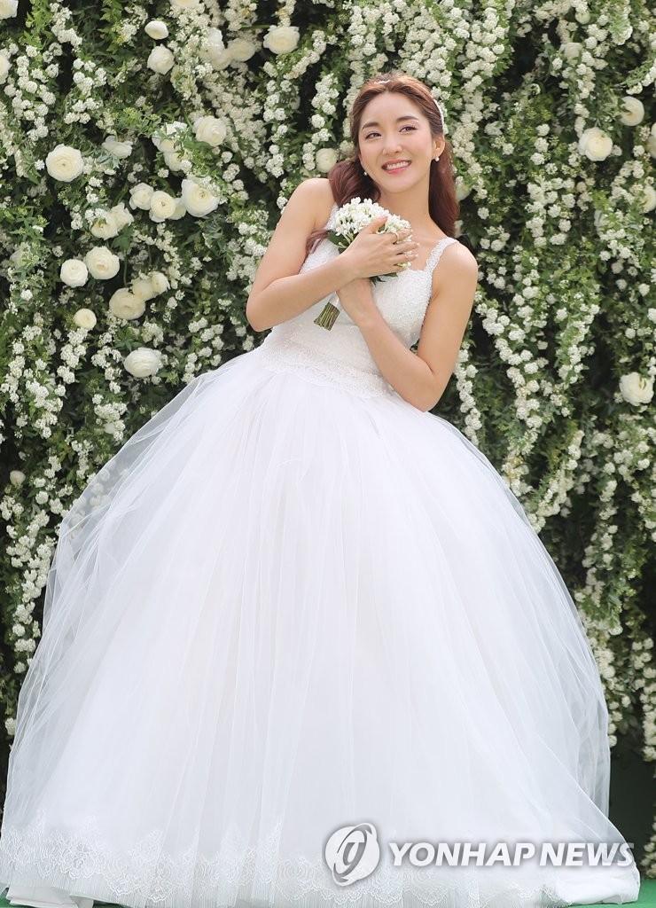 Bada穿婚纱幸福满满