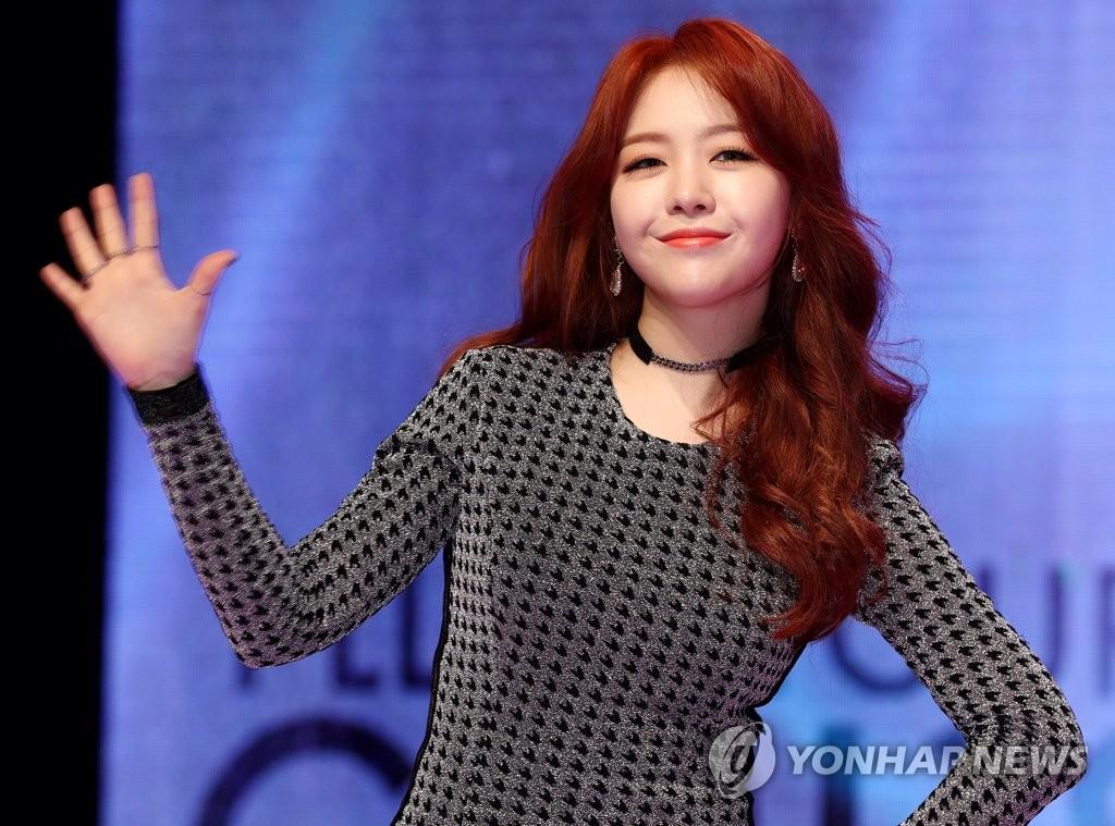 敏雅在抢听会上摆姿势供媒体拍照。(韩联社)