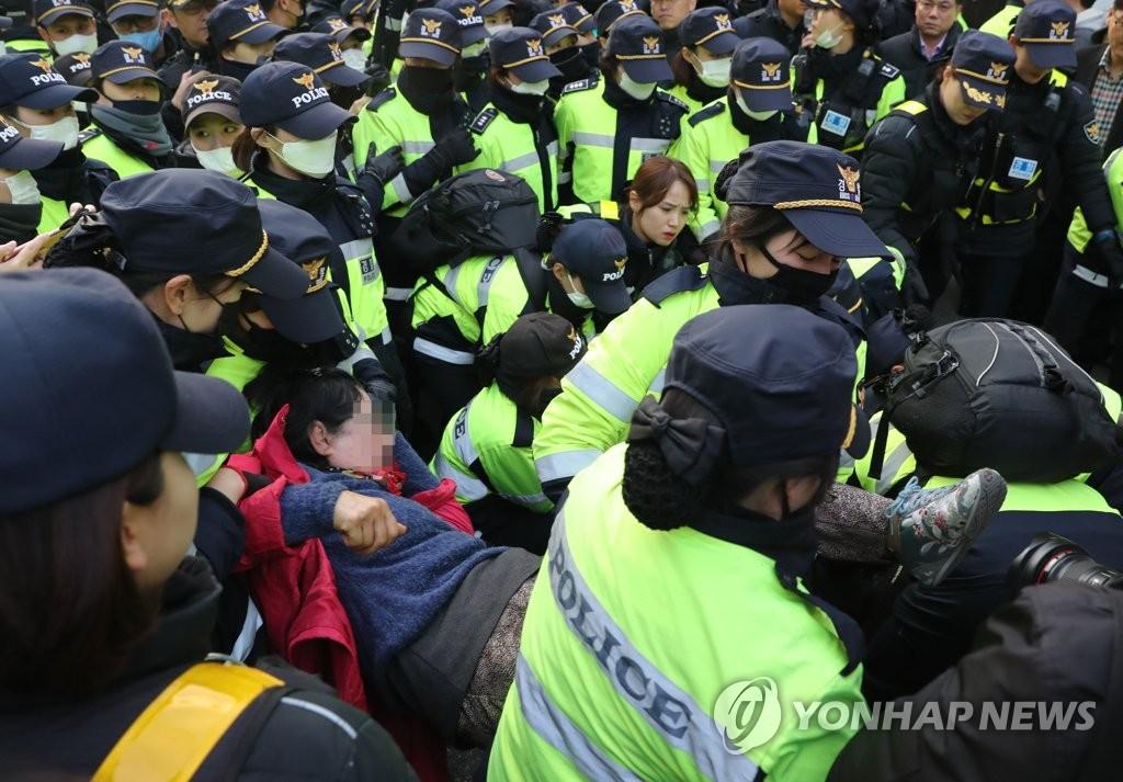 挺朴人员躺地表支持被警察抬走
