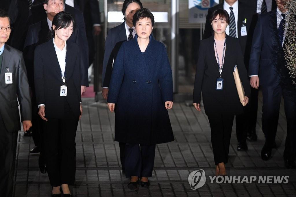 朴槿惠走出法院