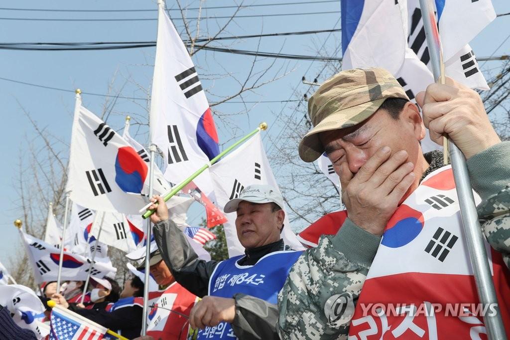 朴槿惠支持者泪洒记者会