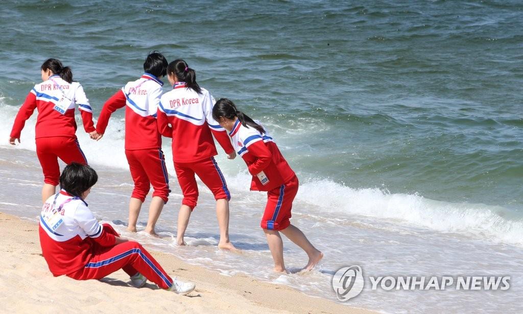 朝鲜选手海边放松