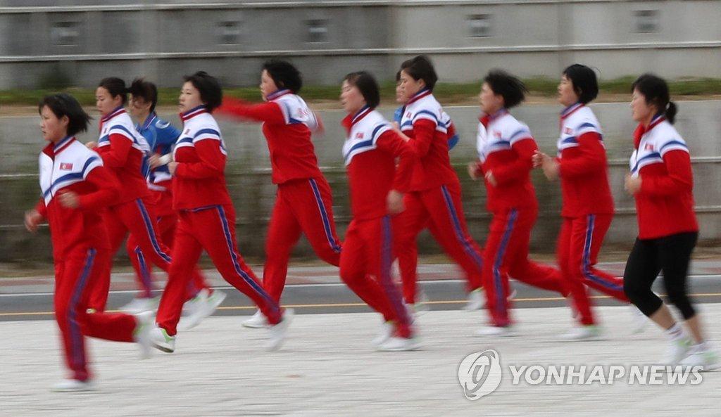 朝鲜冰球队员忙热身