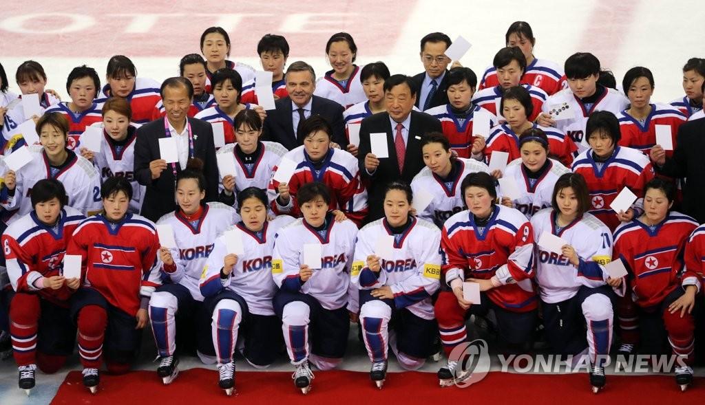 韩朝女冰球队合影留念