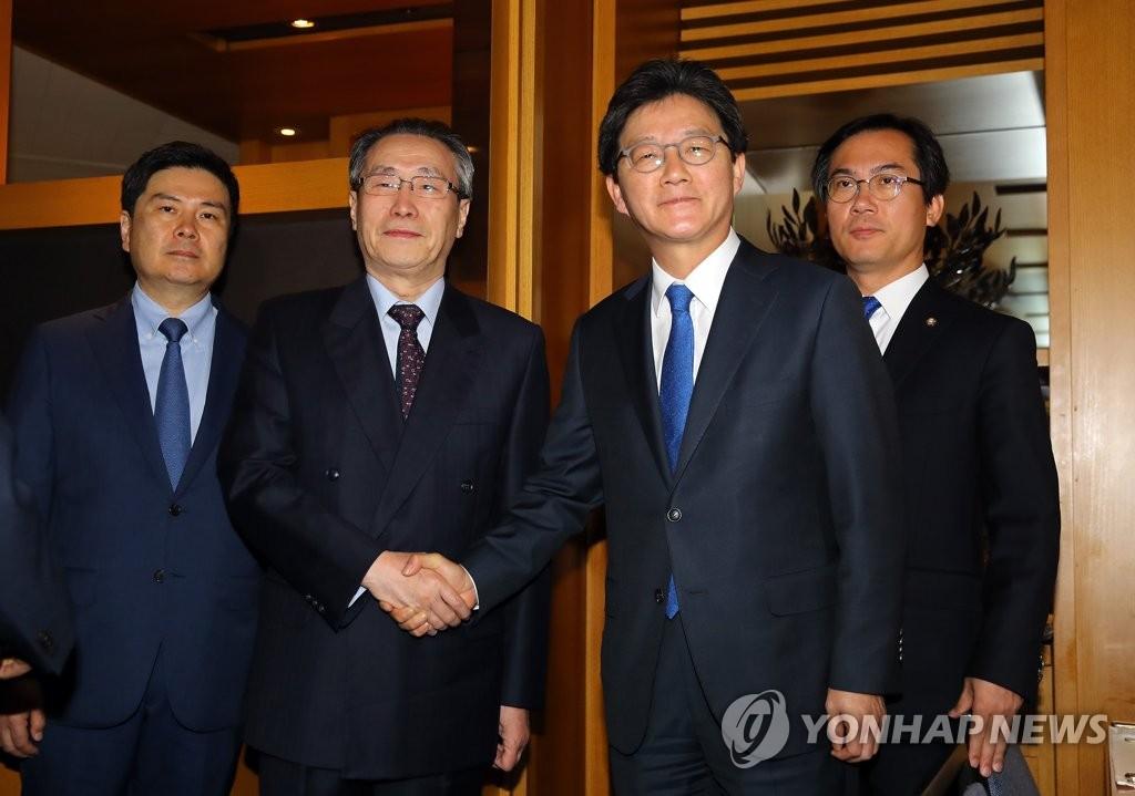 韩大选候选人刘承旼与武大伟会面