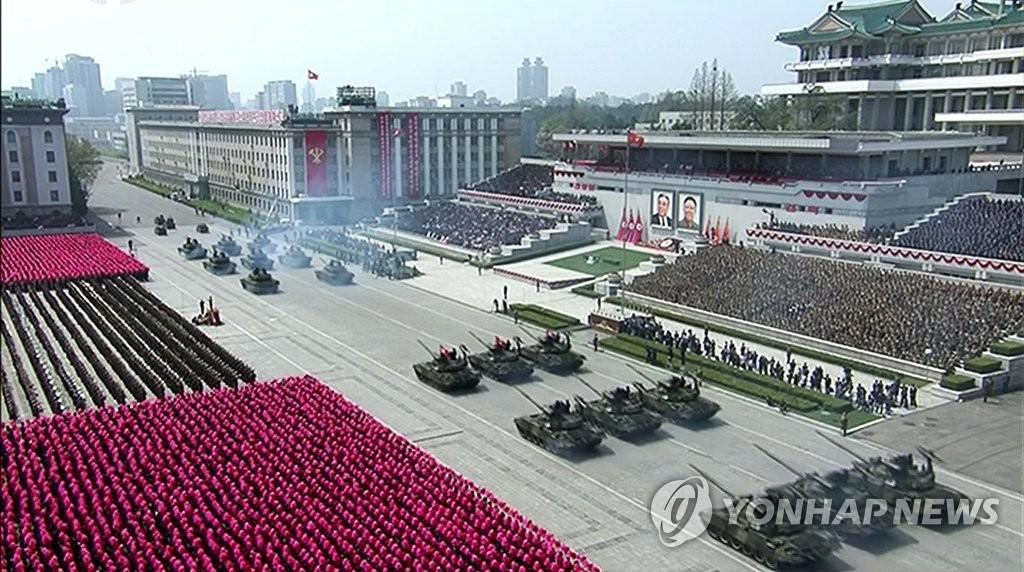 这是朝鲜中央电视台4月15日播出的阅兵式直播画面截图。图片仅限韩国国内使用,严禁转载复制。(韩联社/朝鲜中央电视台)