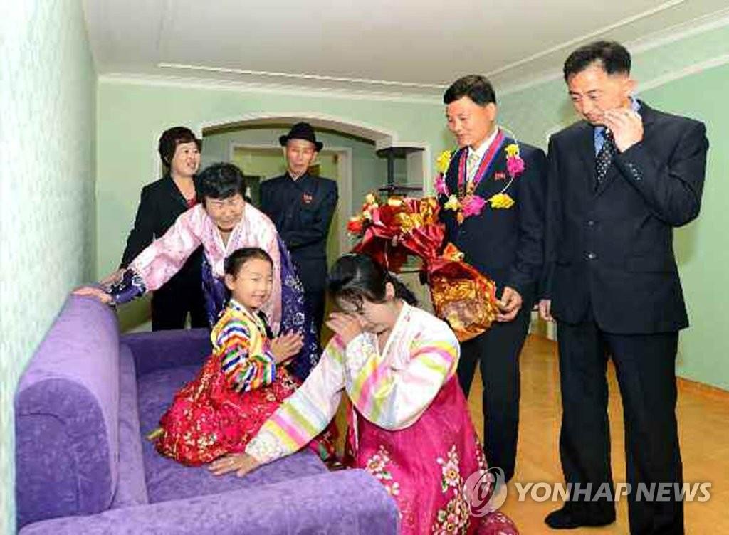 朝鲜黎明街竣工 居民入住新公寓