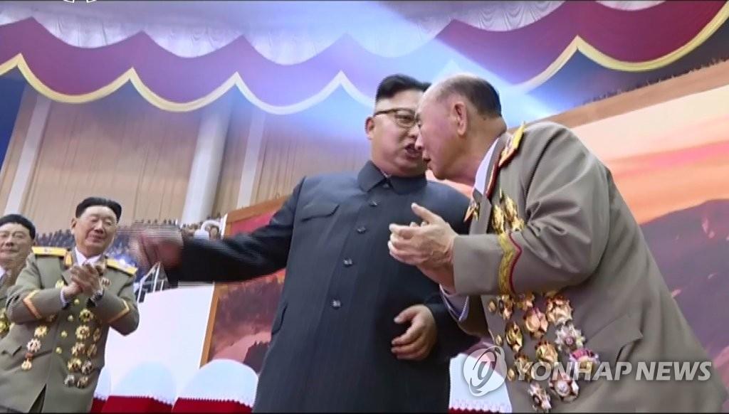 金正恩与朝军总参谋长耳语