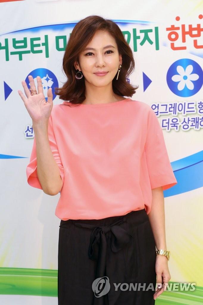 金南珠出席代言品牌签名会