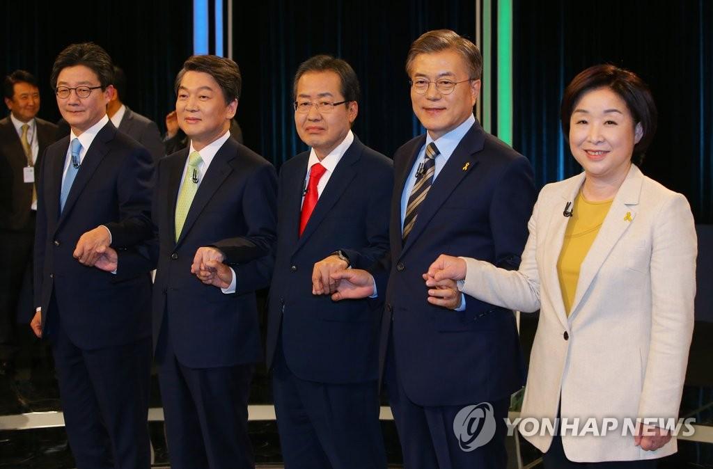 资料图片:右起依次是沈相奵、文在寅、洪准杓、安哲秀、刘承旼。(韩联社)