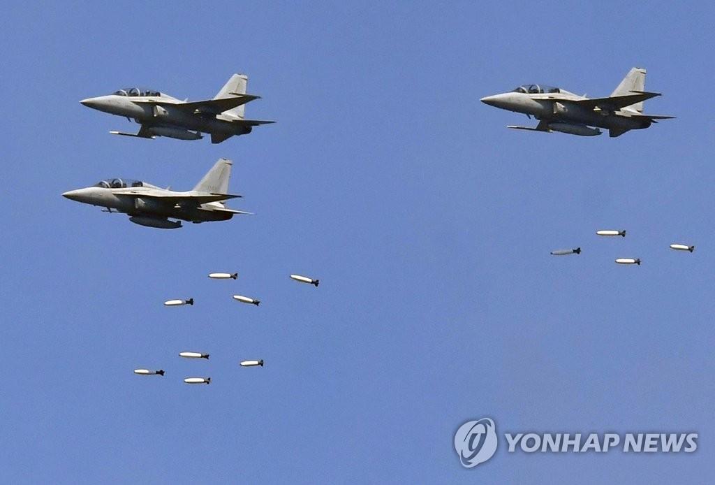 4月26日,在京畿道抱川市陆军升进科学化训练场,F-16战机在演习中发射导弹。(韩联社)