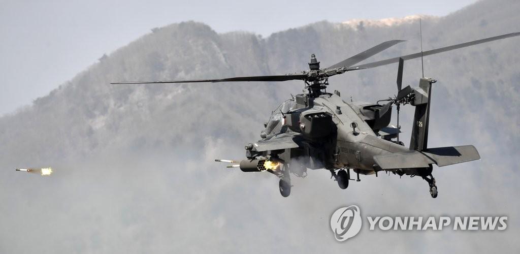 """4月26日,在京畿道抱川市陆军升进科学化训练场,韩军""""阿帕奇""""直升机发射火箭弹。(韩联社)"""