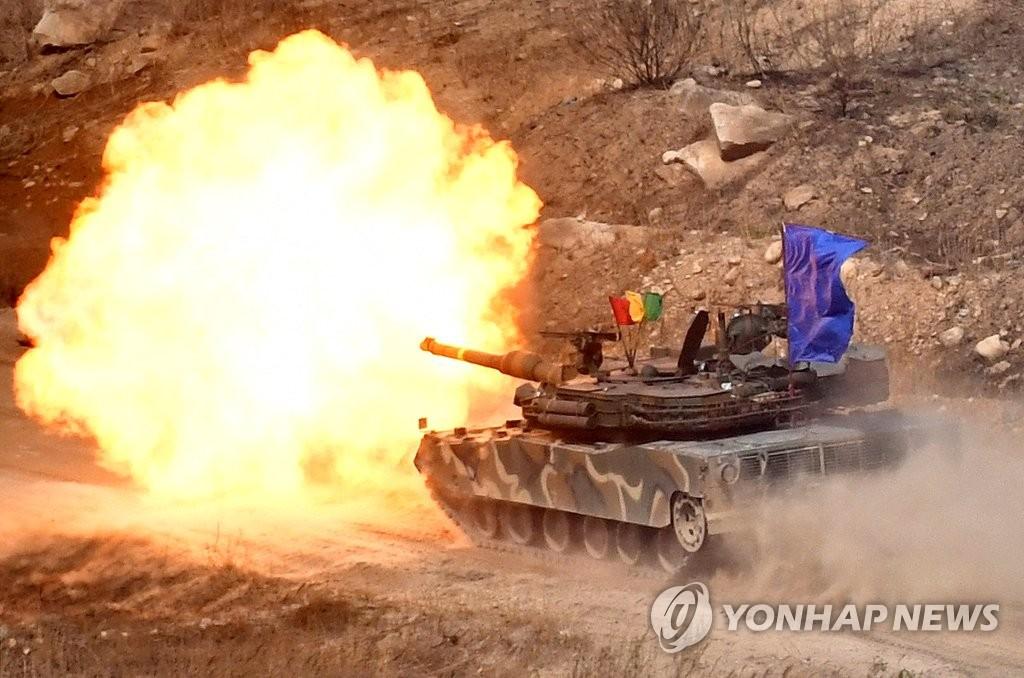 4月26日,在京畿道抱川市陆军升进科学化训练场,M1A2主战坦克在演习中开火。(韩联社)