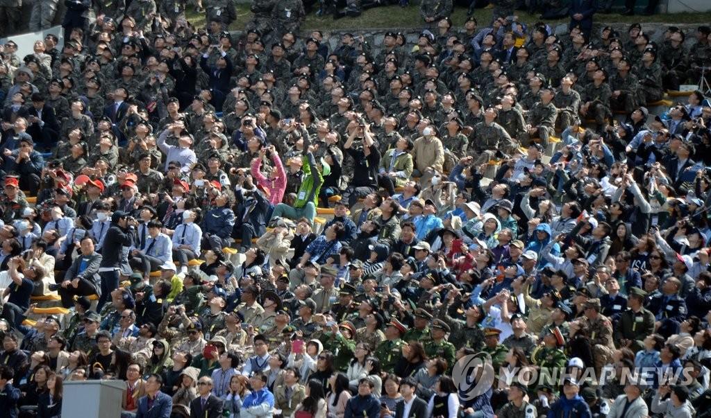 4月26日,在京畿道抱川市陆军升进科学化训练场,前来参观演习的民众看直升机演练。(韩联社)