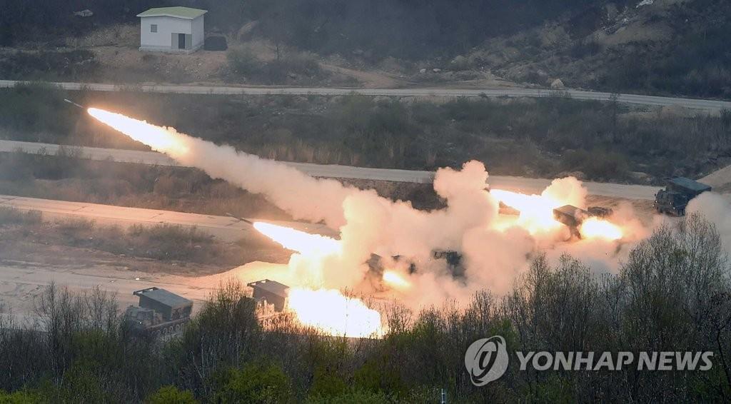 4月26日,在京畿道抱川市陆军升进科学化训练场,多管火箭炮(MLRS:M270A1)在演习中发射火箭弹。(韩联社)