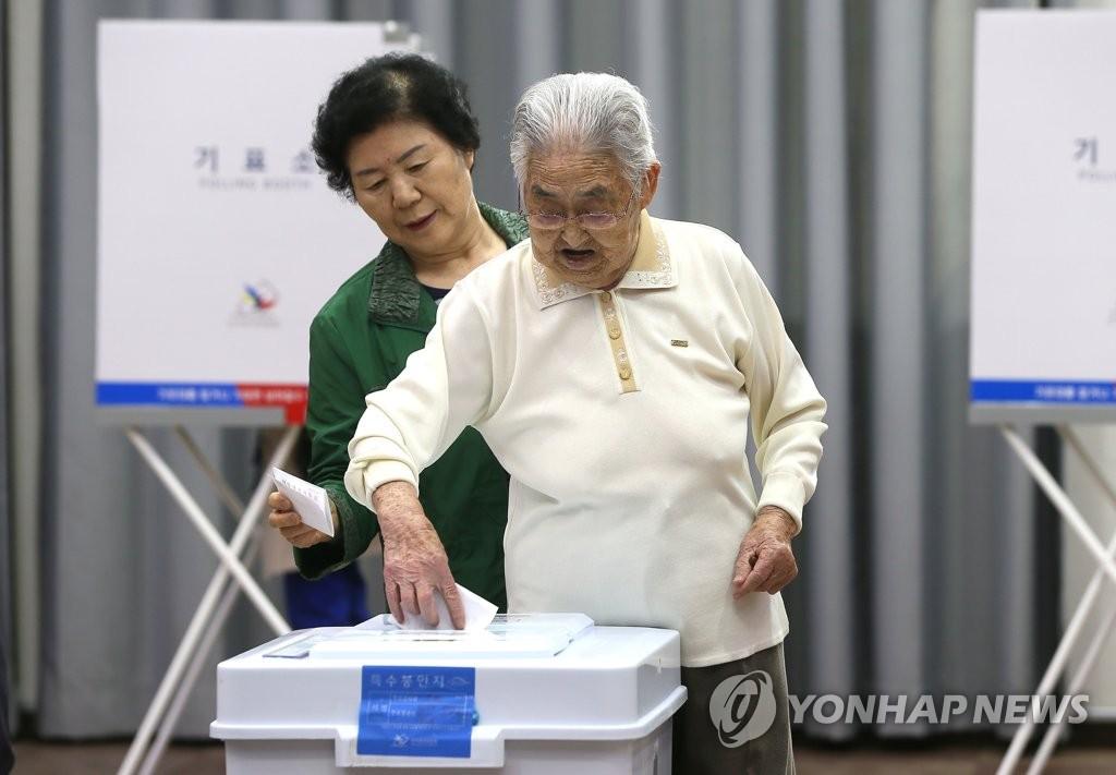 98岁老人进行大选缺席投票
