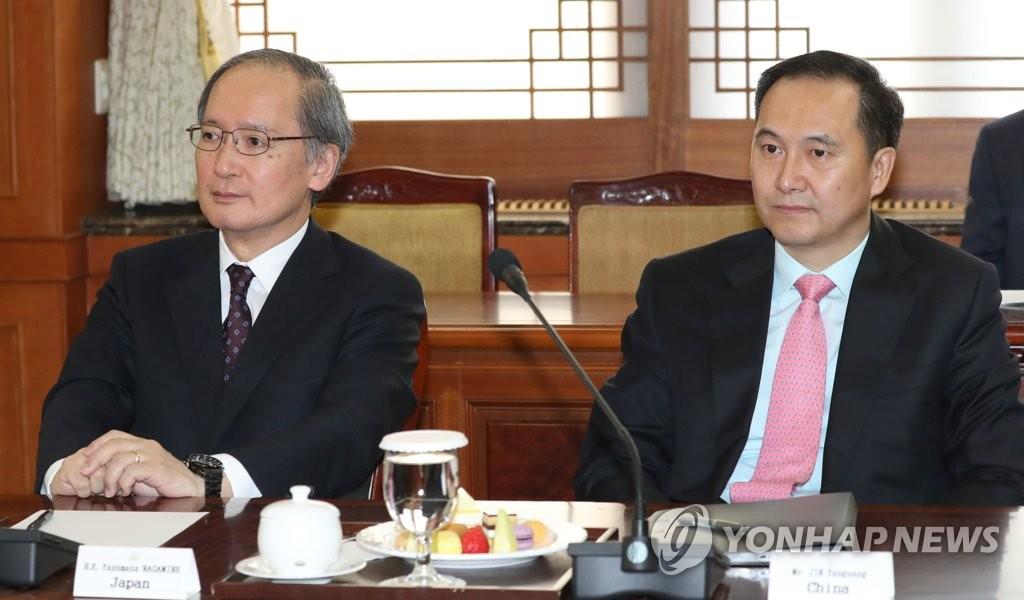 日本大使与中国使馆参赞出席座谈会