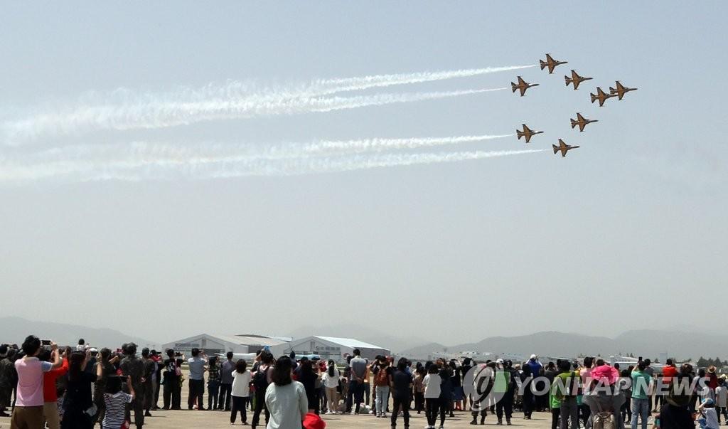 资料图片:金海机场上空的黑鹰飞行秀(韩联社)