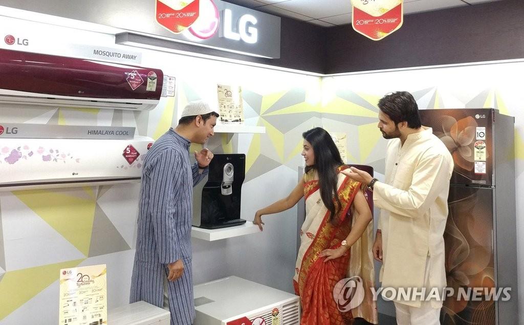 资料图片:印度消费者访问LG电子卖场,体验产品各种功能。(韩联社/LG电子提供)
