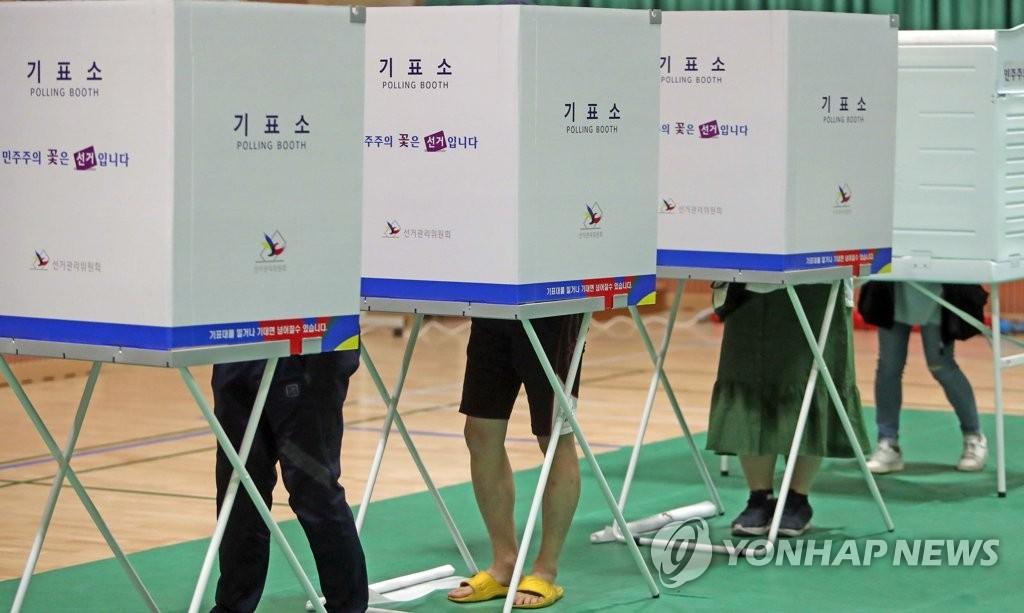 5月9日上午,在江原道某投票站,选民们参加投票。(韩联社)