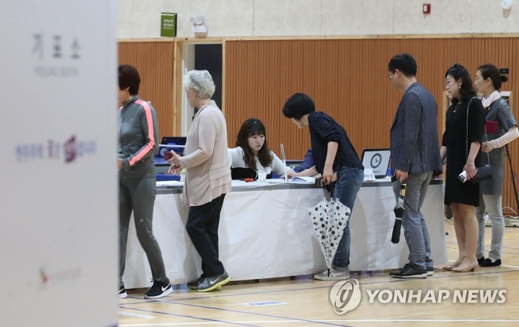 5月9日,在世宗市某投票站,选民们正在参加投票。(韩联社)