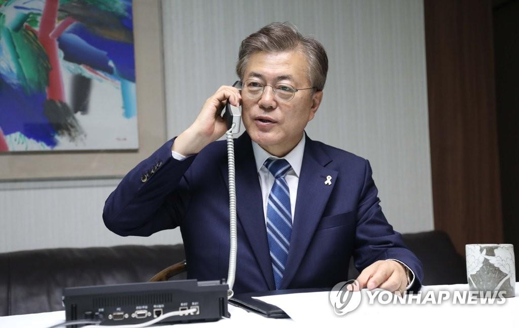 10日上午,在韩国青瓦台,文在寅与李淳镇通电话。(韩联社)
