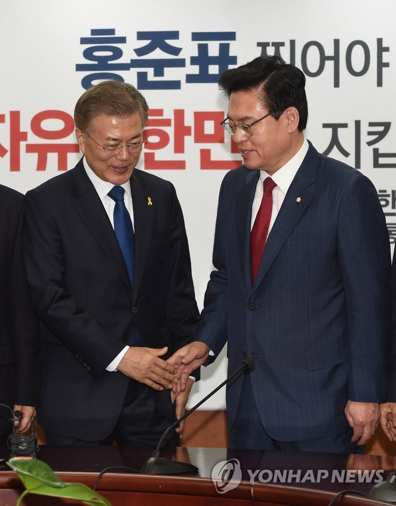 文在寅(左)和郑宇泽(韩联社)