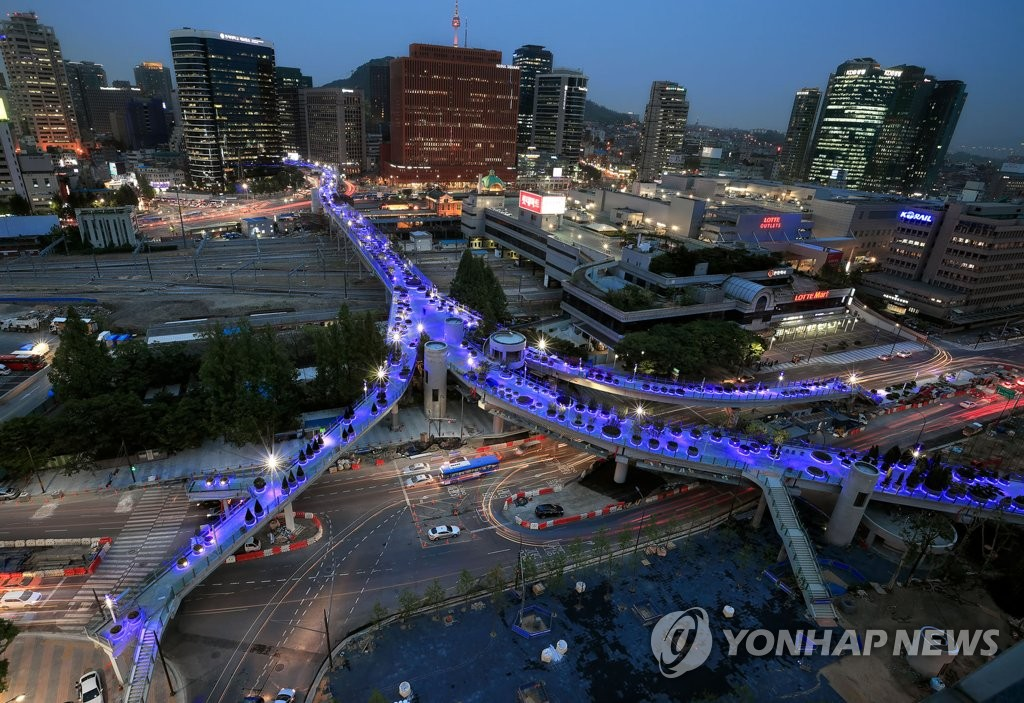 首尔站高架变身空中步行街