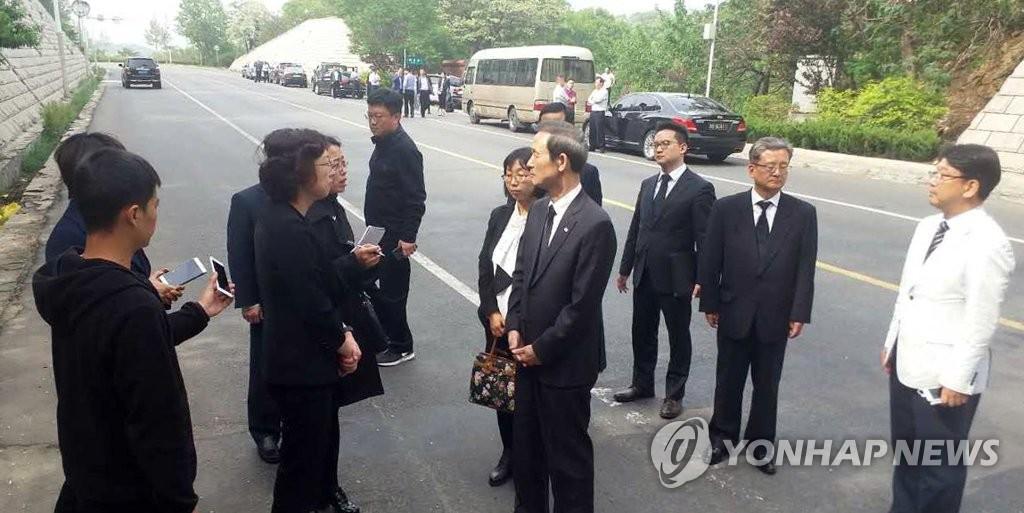 韩驻华大使慰问校车事故遇难者家属