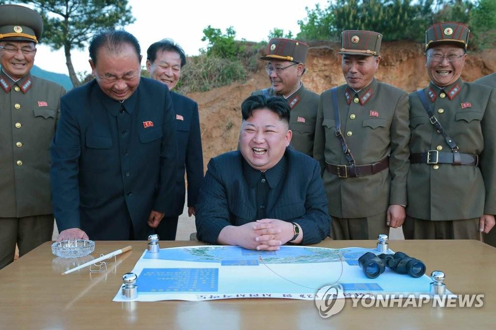 金正恩现场指导朝试射新导弹