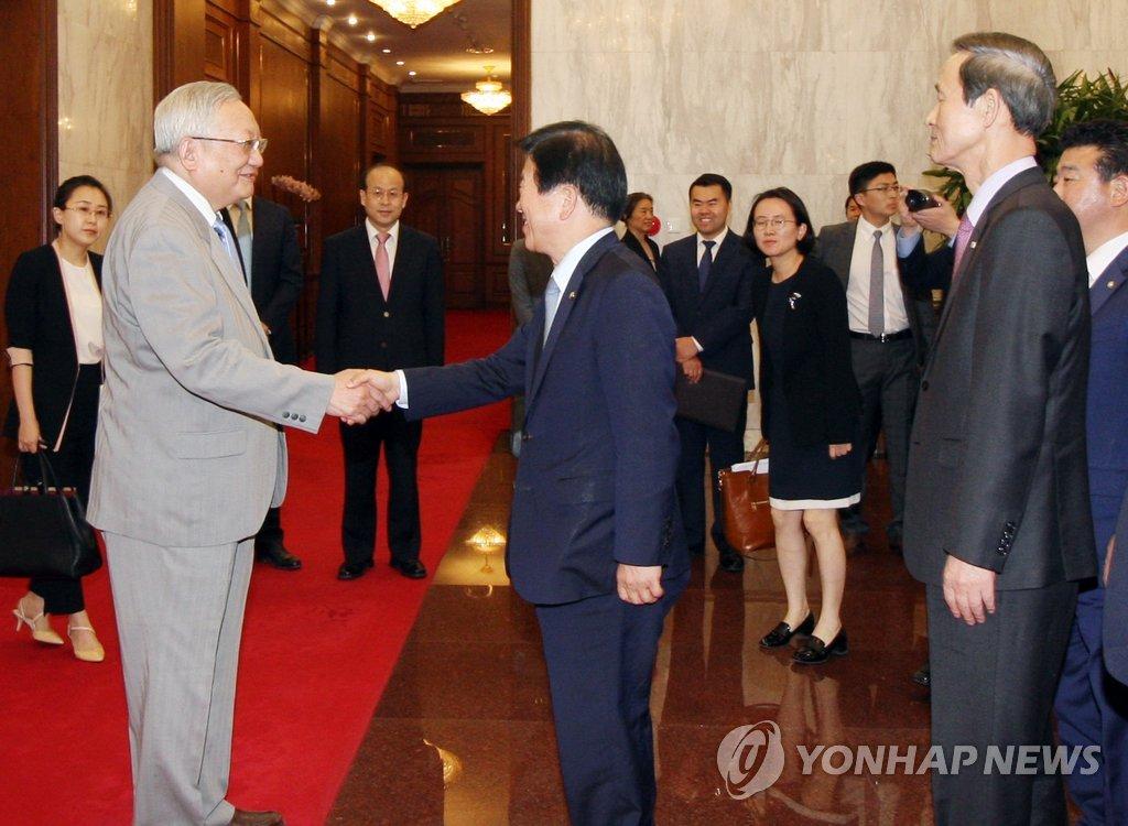 5月15日,在北京钓鱼台,中国前国务院唐家璇(左)会见朴炳锡一行。(韩联社)