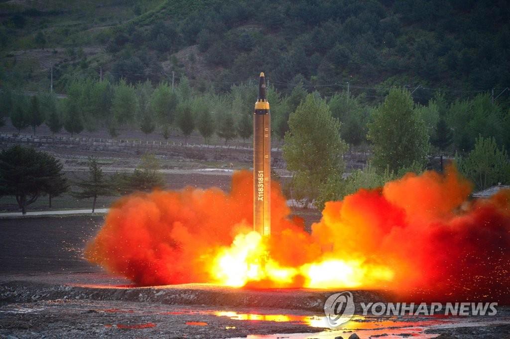 """资料图片:这是朝鲜""""火星12""""型地对地中远程战略弹道导弹发射现场照。图片仅限韩国国内使用,严禁转载复制。(韩联社/朝中社)"""
