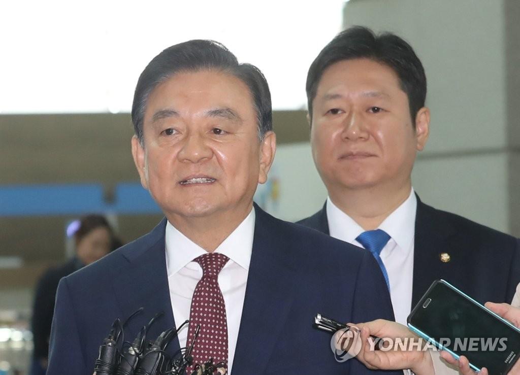 5月17日,在韩国仁川机场,洪锡炫启程赴美。(韩联社)
