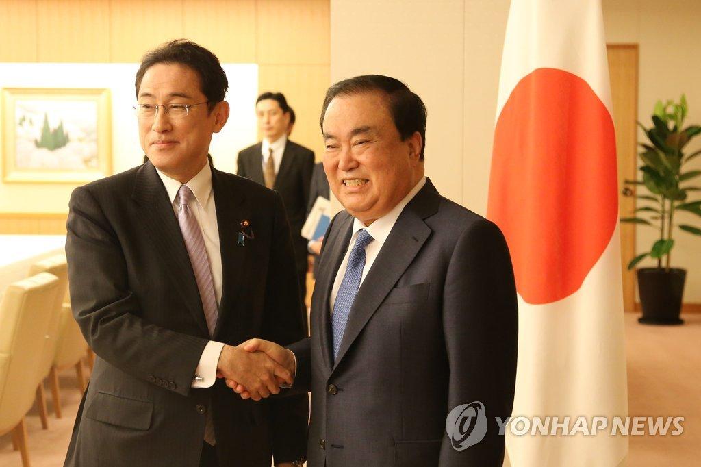 韩总统特使与日外相握手