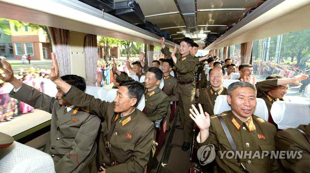 """平壤市民夹道欢迎""""火星12""""导弹开发者"""