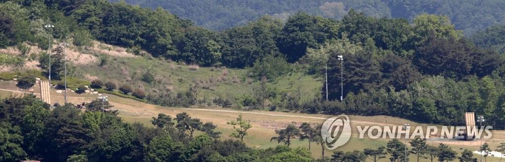 """资料图片:星洲高尔夫球场部署的""""萨德""""发射台。"""