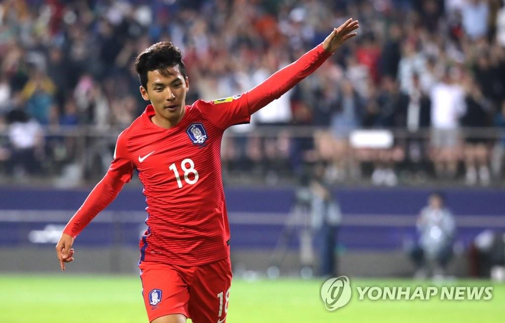 任旼赫举手庆祝进球。(韩联社)