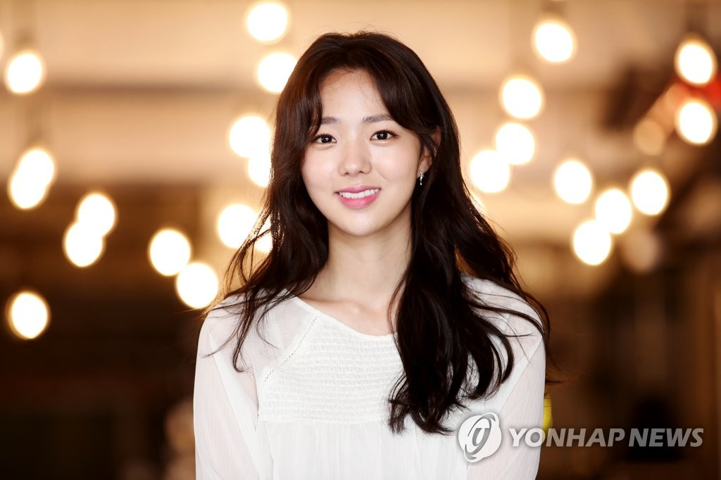 演员蔡秀彬微笑甜美