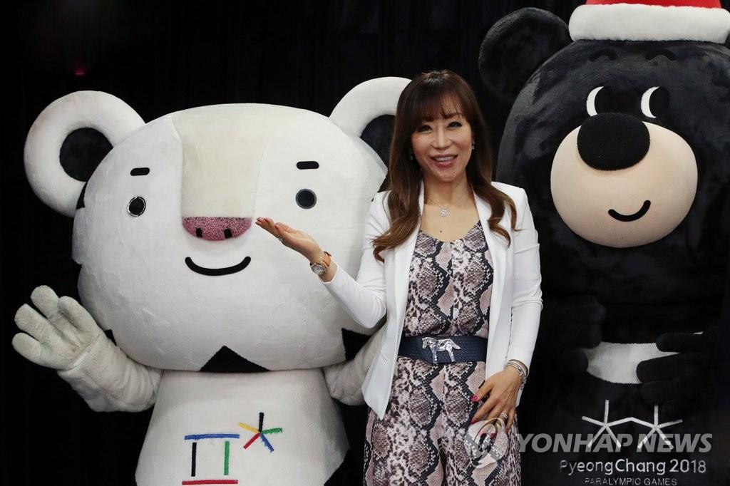 5月22日上午,在首尔韩国新闻中心,曹秀美出席委任仪式并摆姿势供媒体拍照。(韩联社)
