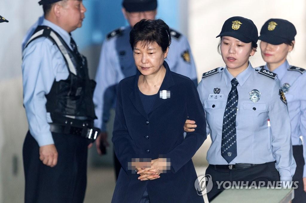 5月23日上午,在首尔中央地方法院,朴槿惠(左二)前来出庭受审。(韩联社)