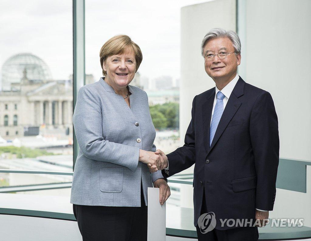 当地时间5月24日上午,赵润济(右)拜会默克尔,双方在会晤前亲切握手。(韩联社/德国总理室提供)