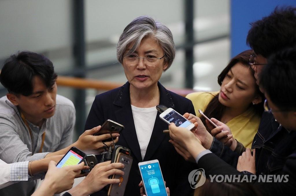 5月25日,在仁川国际机场,康京和接受媒体采访。(韩联社)
