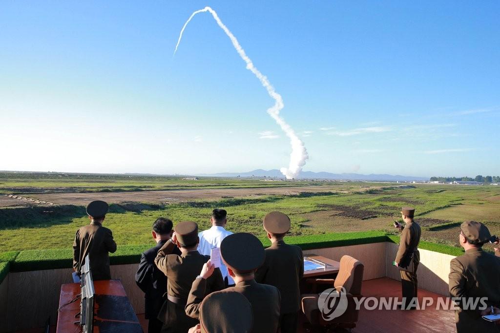 图为金正恩参观新型防空导弹试射活动。图片仅限韩国国内使用,严禁转载复制。(韩联社/朝中社)