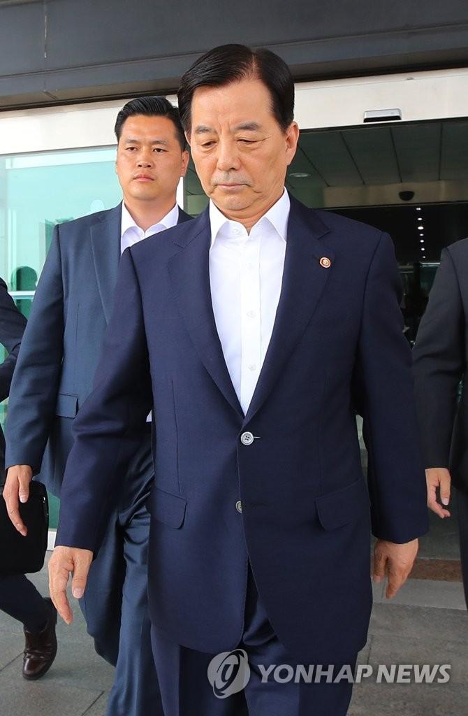 韩国防长韩民求31日下午走出国防部。(韩联社)
