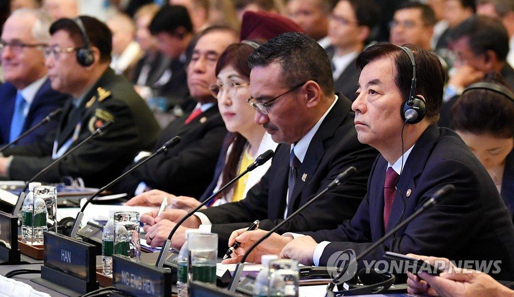 资料图片:6月3日,在新加坡,韩国国防部长官韩民求(右)出席第16届亚洲安全峰会(香格里拉对话会)全体会议。(韩联社/韩国国防部)
