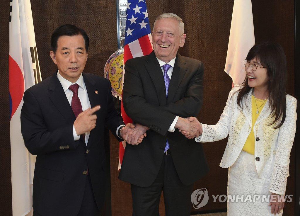 左起依次是韩国国防部长官韩民求、美国国防部长马蒂斯、日本防卫相稻田朋美。(韩联社/欧新社)