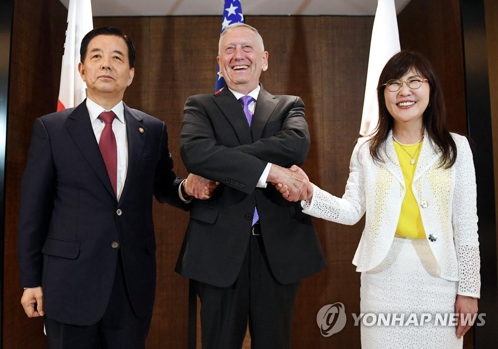 韩美日防长在新加坡会晤