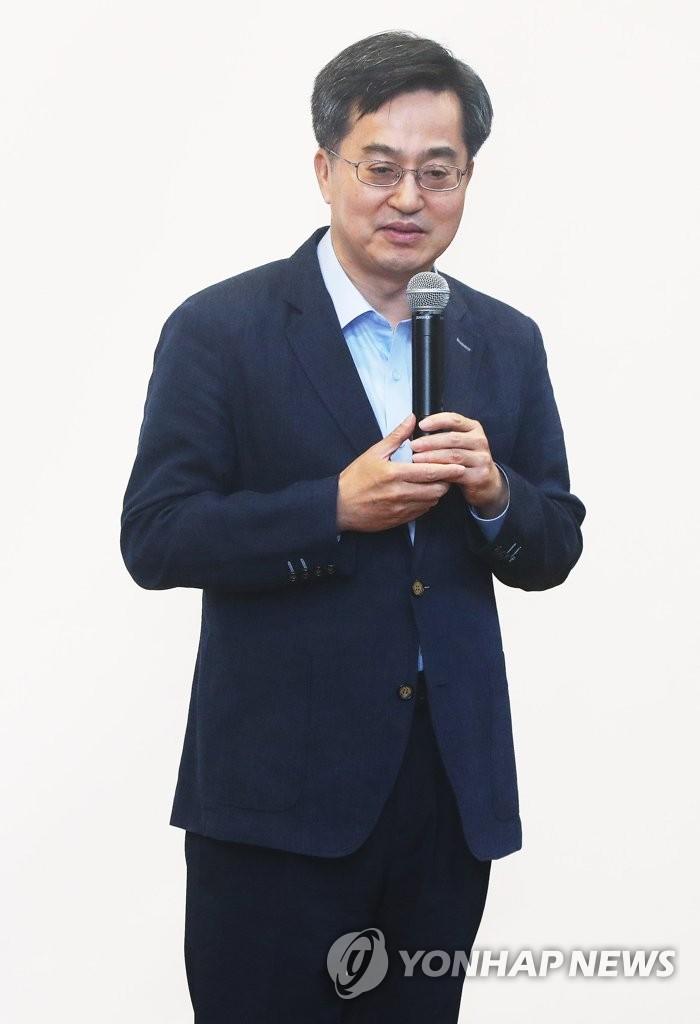 副总理兼企划财政部长官人选金东兖(韩联社)